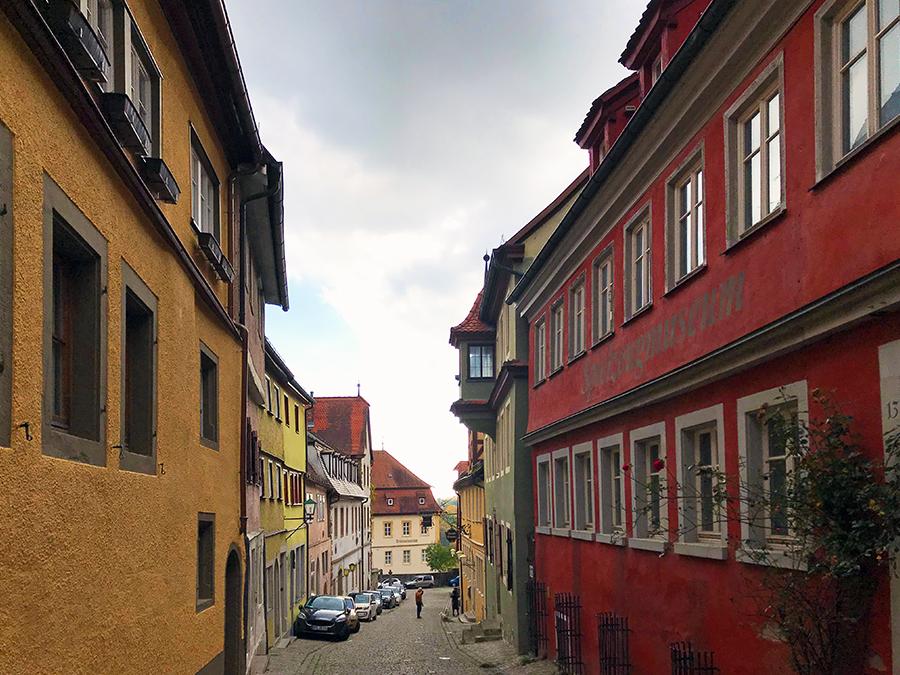 Überall in Rothenburg ob der Tauber sind die Häuser so schön bunt angestrichen! Hier rechts in rot seht ihr übrigens das ehemalige Spielzeugmuseum, das mittlerweile allerdings leider geschlossen ist.