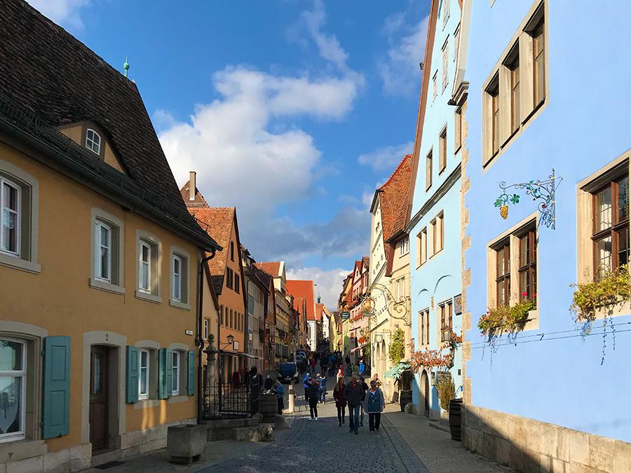 Wir sind an diesem sonnigen Nachmittag nicht die Einzigen auf dem Spaziergang durch Rothenburg ob der Tauber.