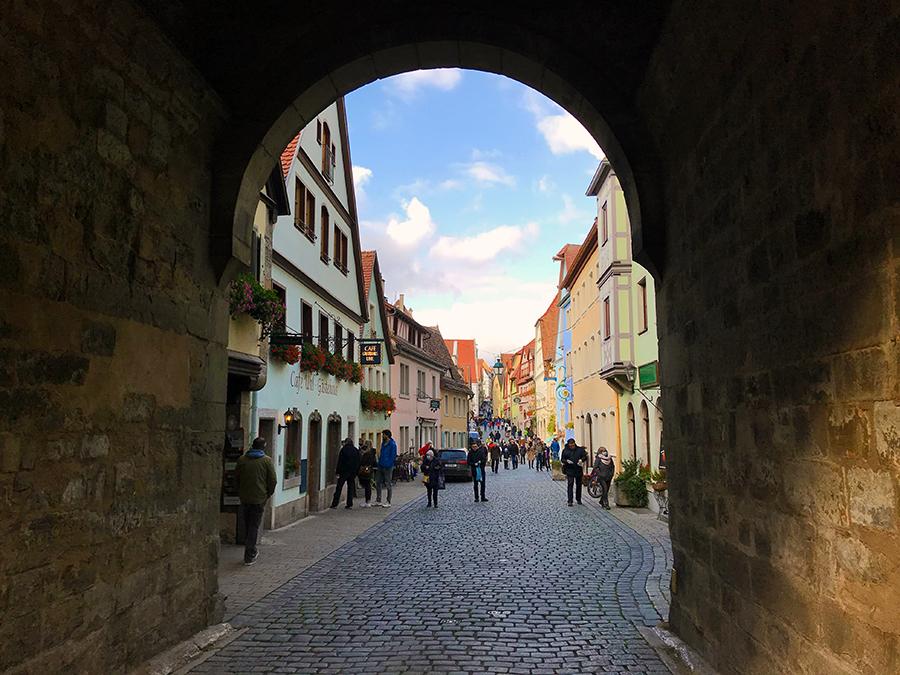 Kopfsteinpflaster, bunte Häuser aus dem Mittelalter und Stadttürme, durch die man hindurchgehen muss - so stellt man sich das vor!