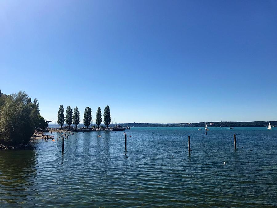 ...und die Segelboote weit draussen und bedauern, dass wir keine Badesachen dabei haben, denn gleich nebenan ist ein Freibad.