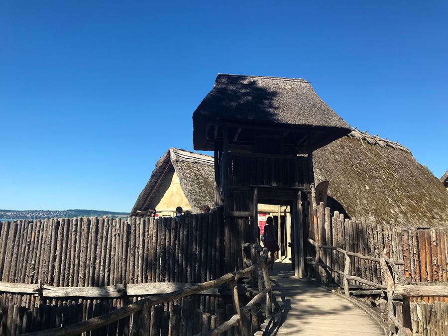 Ein Wachturm markiert den Eingang zur Siedlung des Pfahlbautendorfes...
