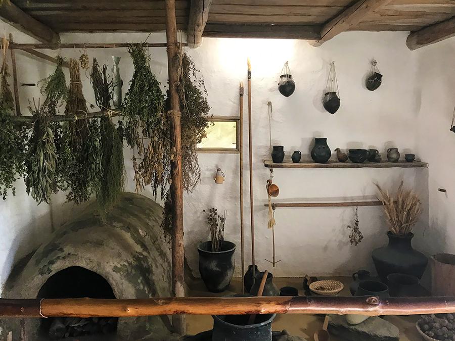 Spannend ist es auch im Inneren der Häuser: Wie haben die Menschen der Bronzezeit wohl geheizt und gekocht, was hergestellt und aufbewahrt?