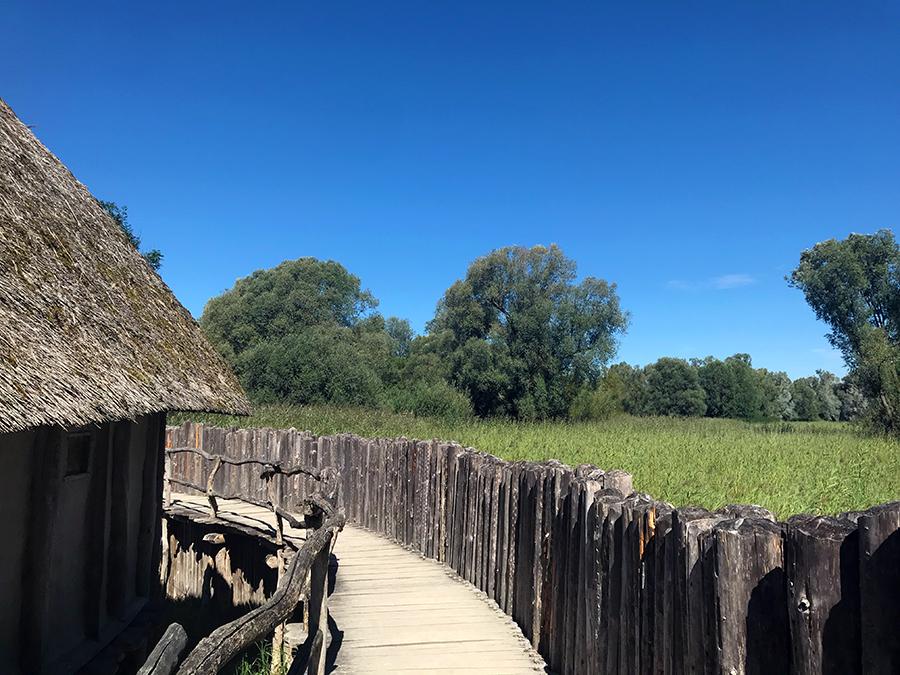 Die rekonstruierten Pfahlbauten-Häuser sind wirklich sehenswert, denkt aber daran...