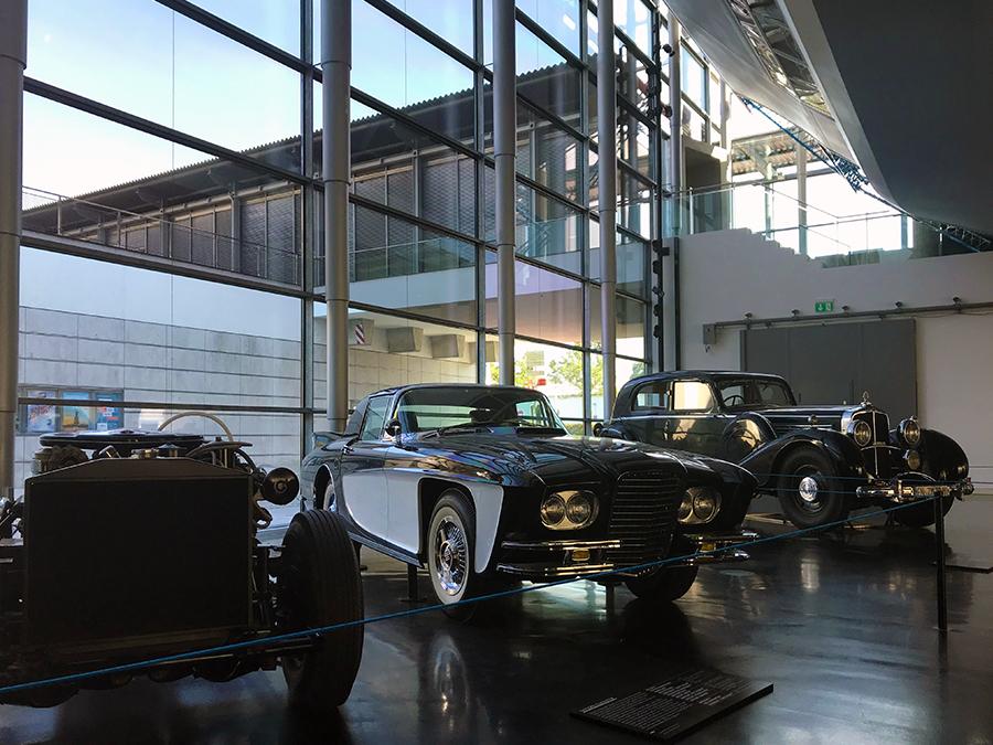 Im Erdgeschoss, der 'Zeppelin-Halle', fällt unser Blick erst einmal auf ein paar noble Autos aus der Glanzzeit der Luftschiffe.