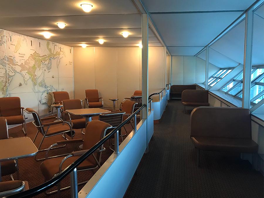 Die 'Lounge', der Gesellschaftsraum, mit schrägen Fenstern auf dem Panoramadeck.