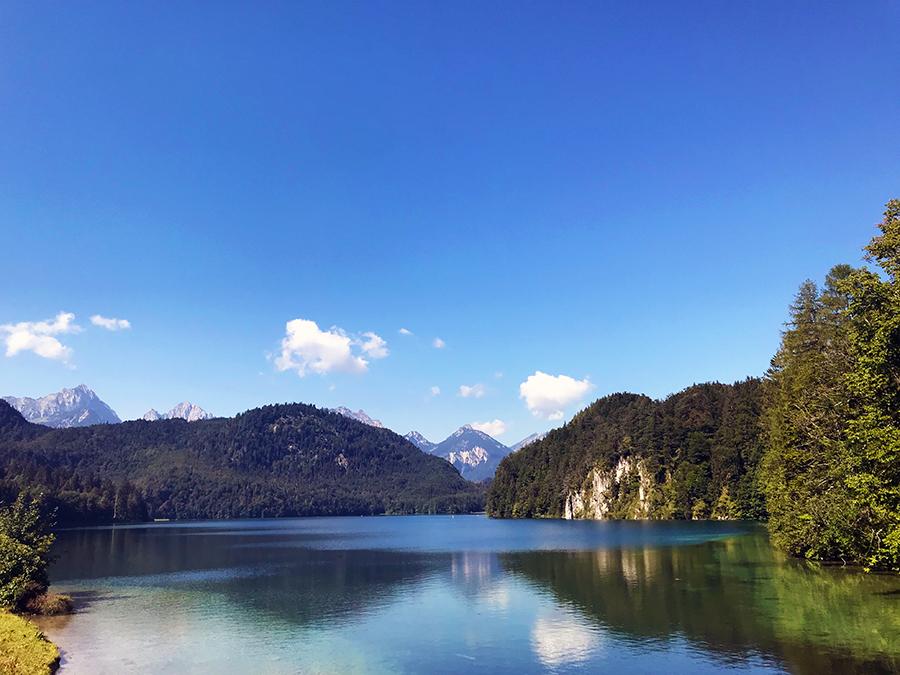 Wunderbar idyllisch, anders kann man das wirklich nicht nennen: Der Alpsee im Dorf Hohenschwangau.