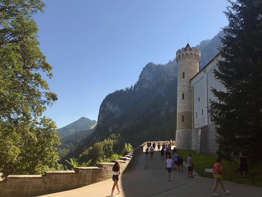 Hier entlang geht es zum Eingangstor des Schlosses. Morgens früh ist die Menschenmenge noch überschaubar.
