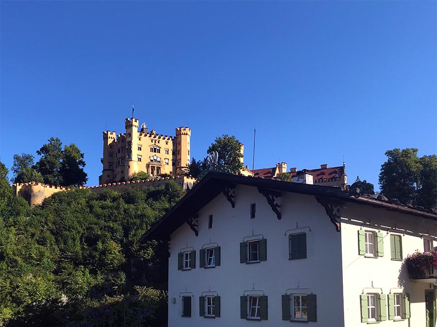 Spielt eigentlich zu Unrecht die zweite Geige: Das Schloss Hohenschwangau gegenüber vom Neuschwanstein.