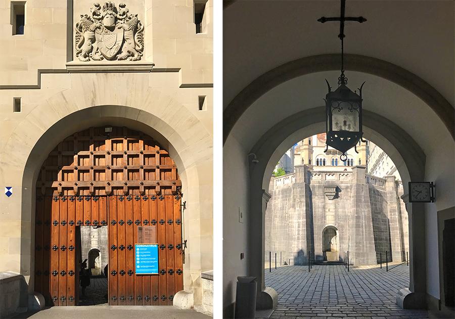 Wie es sich für ein zünftiges Schloss gehört: Der Zutritt erfolgt durch ein beeindruckendes Eingangstor, und dahinter ist schon der Innenhof sichtbar.