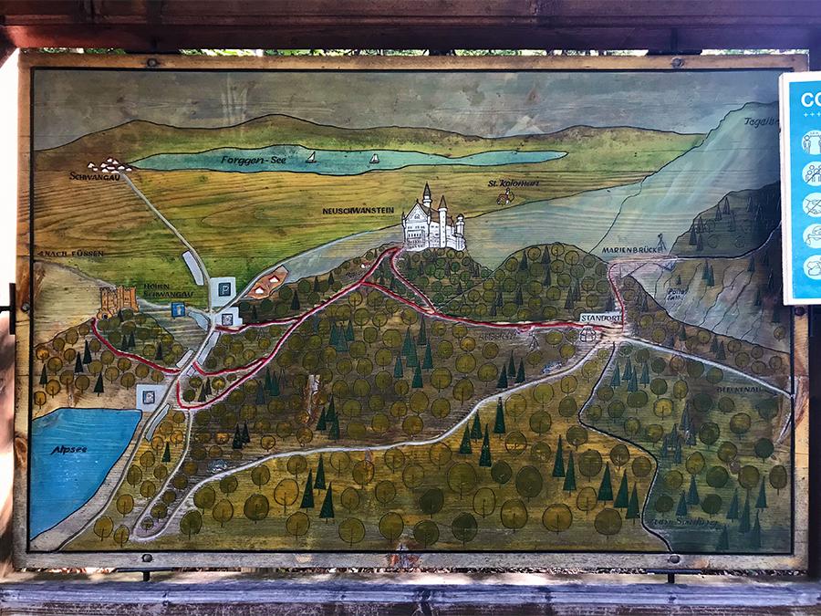Diese schöne, alte Holztafel mitten im Wald in der Nähe der Marienbrücke gibt einen guten Überblick über die Wege rund um das Schloss Neuschwanstein.