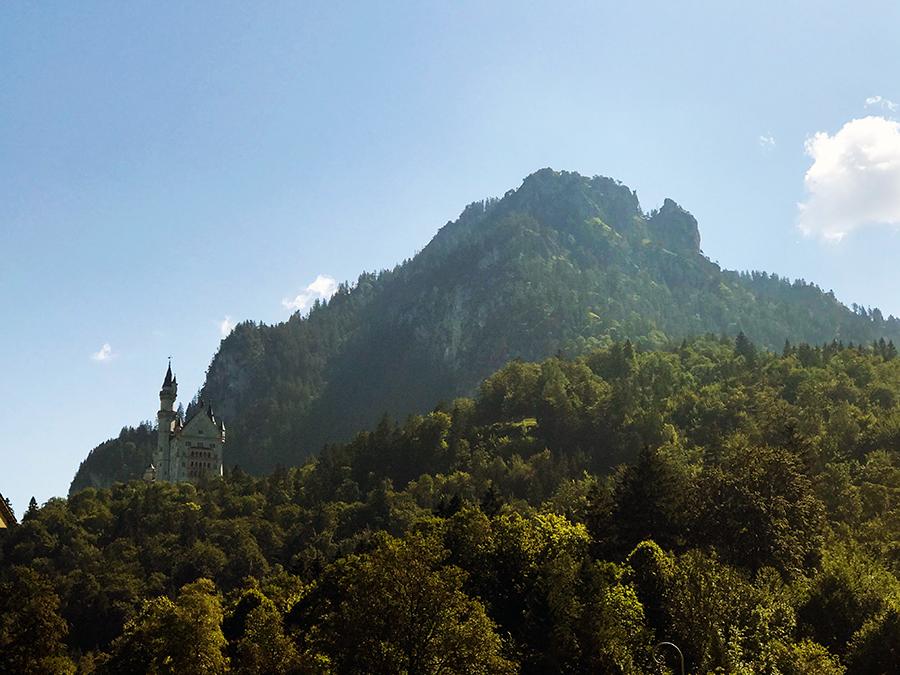 Noch liegt das Schloss Neuschwanstein in weiter Ferne hoch oben auf seinem Berggipfel, aber gleich schauen wir uns das mal aus der Nähe an!