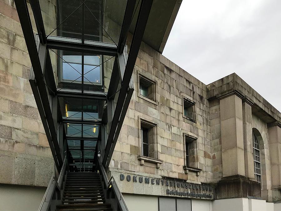 Der Eingang (bzw. der Ausgang) des Dokumentationszentrums des Reichsparteitagsgeländes in Nürnberg.