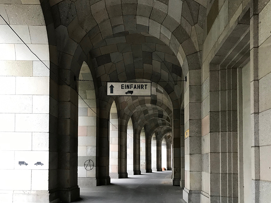 Sogar LKWs können durch die Arkadengänge rund um die Kongresshalle fahren...