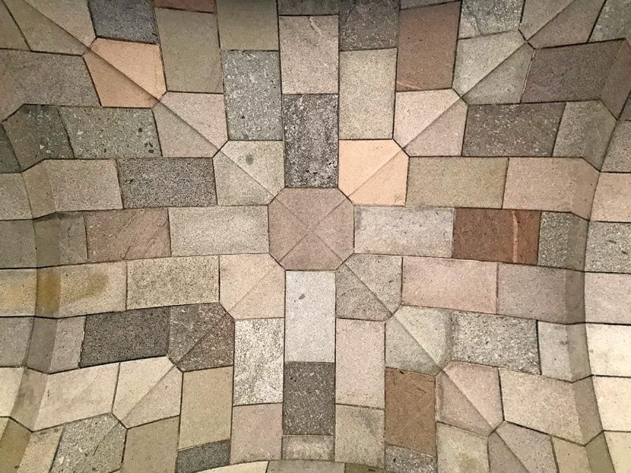 Ein Blick nach oben zur kunstvoll gestalteten Decke der Arkadengänge. Es hat - beabsichtigt - ein bisschen etwas von einer Kirche.