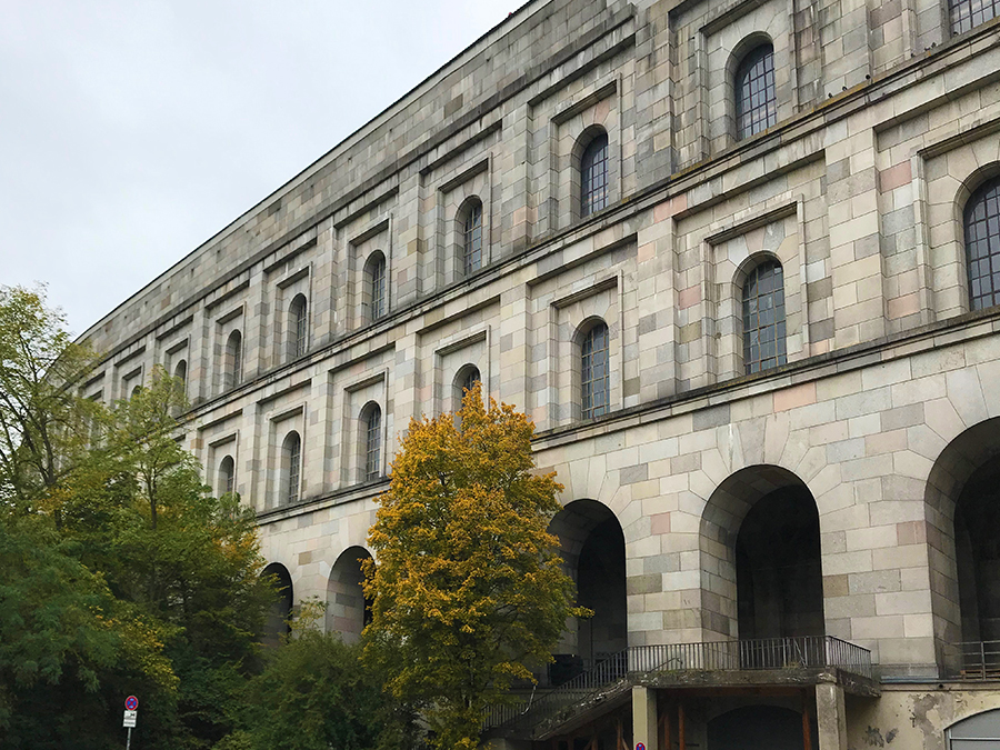 Die Außenfassade der Kongresshalle...