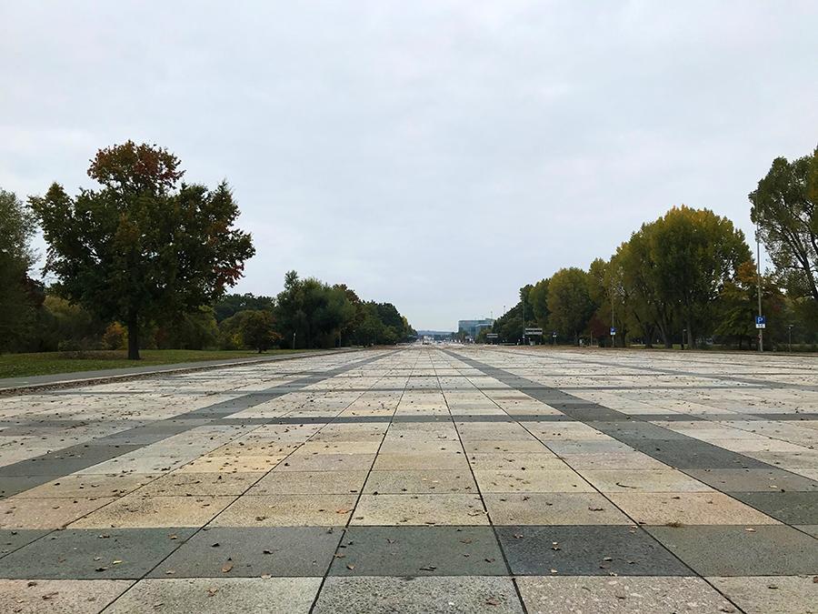 Ein merkwürdiges Gefühl, hier zu stehen, wo einmal tausende jubelnde Anhänger die Nationalsozialisten feiern sollten.