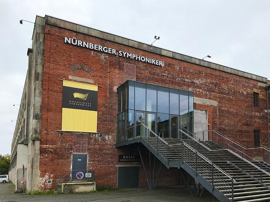 Etwas unerwartet an diesem Ort: Die Nürnberger Symphoniker sind in einem der Eckgebäude der Kongresshalle untergebracht.