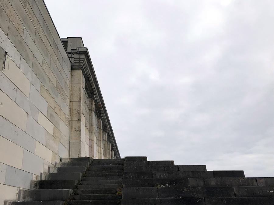 Alle Treppen der Haupttribüne hinauf bis ganz nach oben...