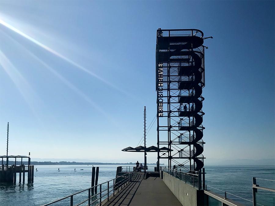 Fast mitten im Hafen liegt der Moleturm, erreichbar über einen breiten Steg vom Ufer aus.