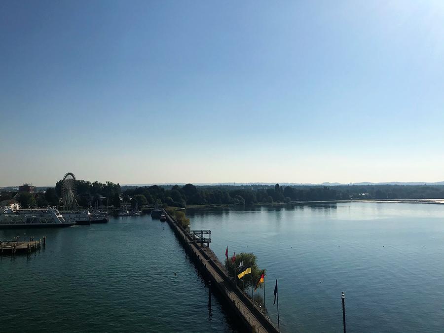 Wunderbare Aussicht über Friedrichshafen und den Bodensee vom Moleturm aus.