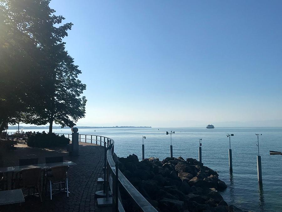 Frühmorgens am Bodensee: Eine einzelne Fähre ist schon unterwegs, das Leben auf dem See erwacht gerade erst.