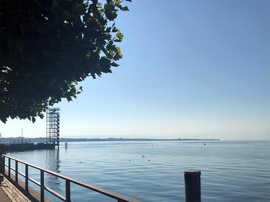 Schon von weitem sieht man eins der Wahrzeichen von Friedrichshafen: den Moleturm.