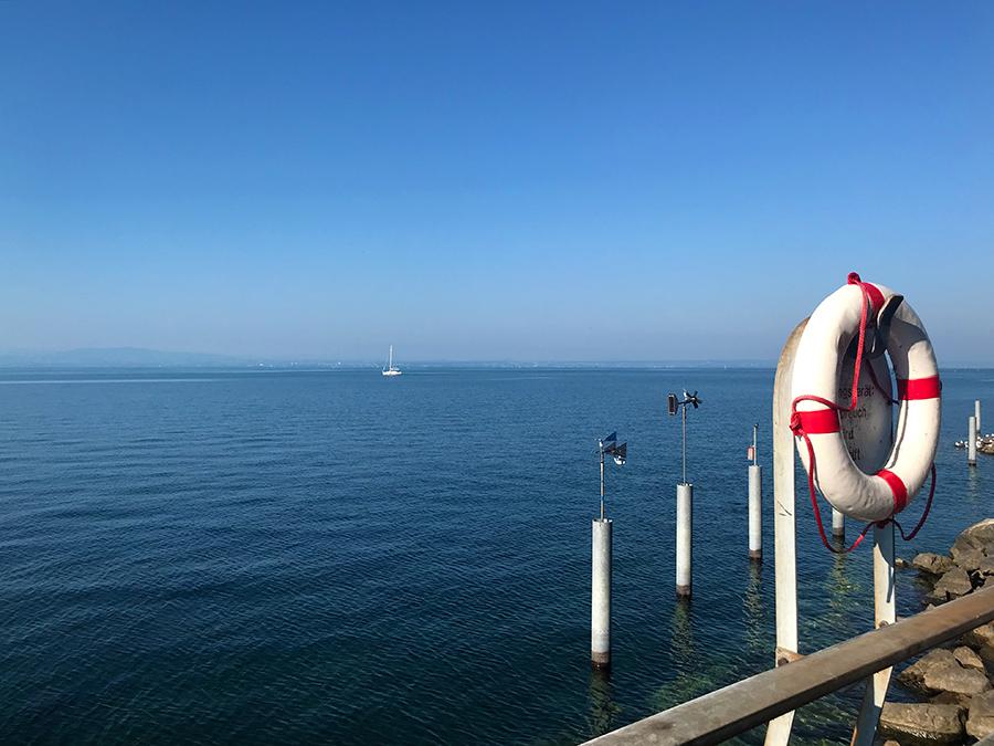 Bei klarer Sicht kann man am anderen Ende kann man das gegenüberliegende Schweizer Ufer erkennen.