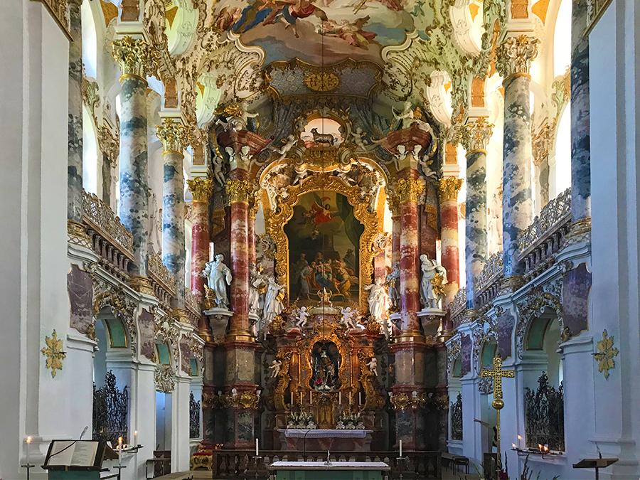 Blick auf den Altar der reich verzierten Wieskirche in Steingaden, einer der schönsten Rokokoperlen der Welt.