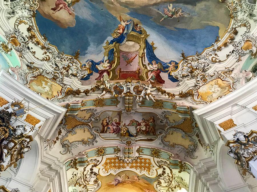 Engel und Putten, Dekorationen und Verzierungen, gemalt und modelliert, allüberall. Wie denkt sich sowas aus?