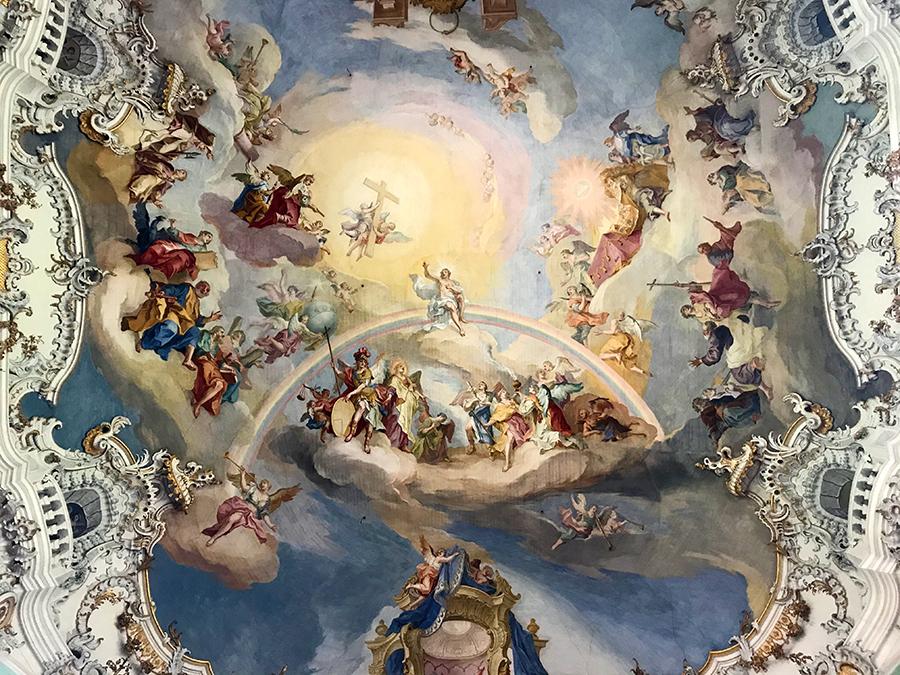 Und im Zentrum des schier unendlichen Deckenfreskos begrüßt uns Jesus auf einem Regenbogen sitzend - das habe ich so auch noch nicht gesehen.