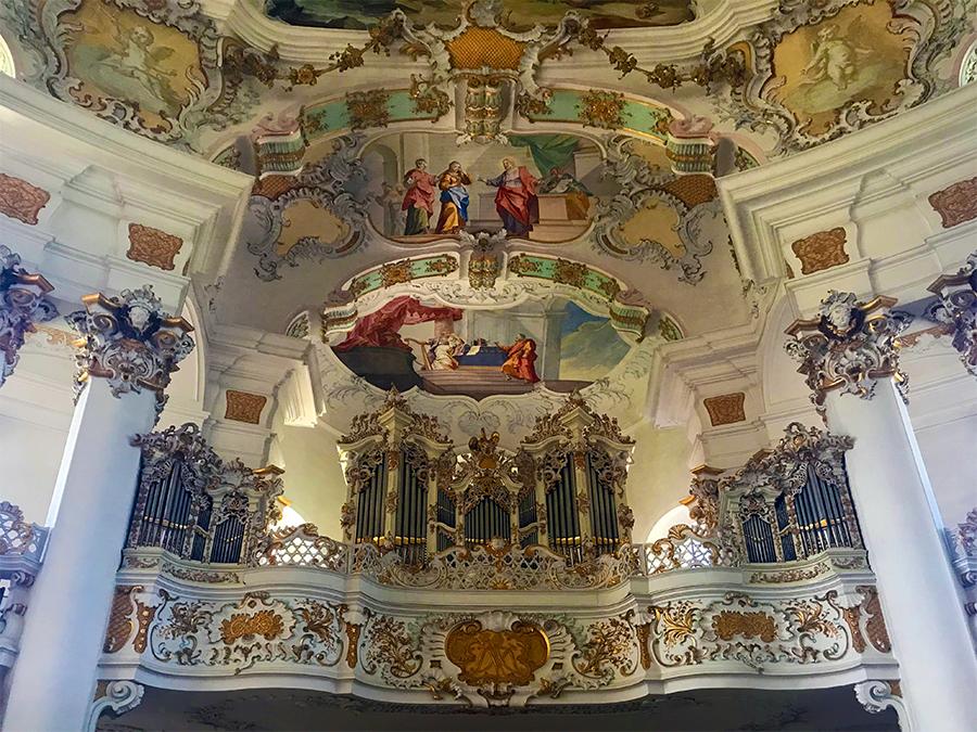 Besser einmal umdrehen, dann kann man in Ruhe die reich verzierte Orgel über dem Eingangstor bewundern.