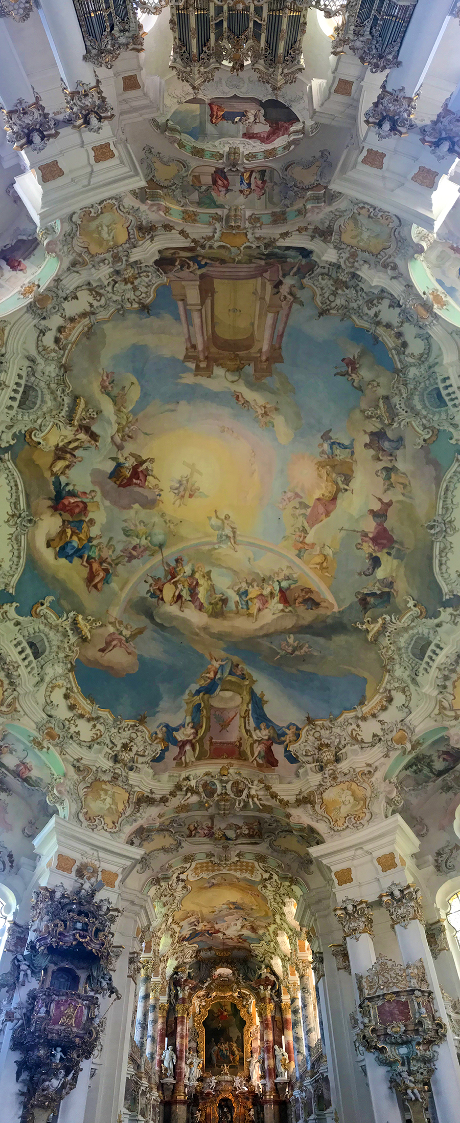 Ein Panorama-Foto vom Altar einmal quer über die gesamte Decke bis zur Orgel in der Wieskirche in Steingaden. Was für eine Pracht.