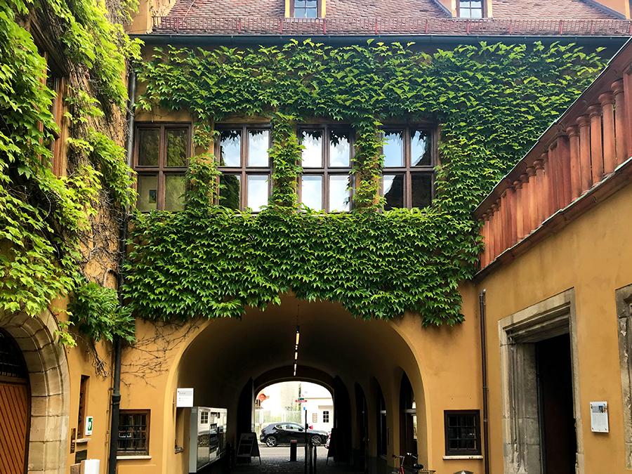 Das Eingangstor der Fuggerei dient gleichzeitig auch als Ausgang.
