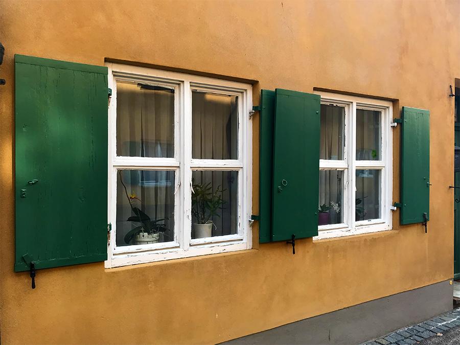 Fensterdetailbild in der Fuggerei in Augsburg.