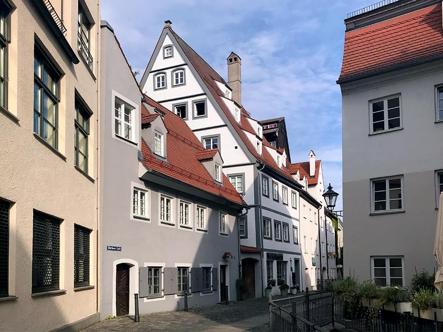 Idyllische Gassen und Gässchen formen den Stadtkern von Augsburg.