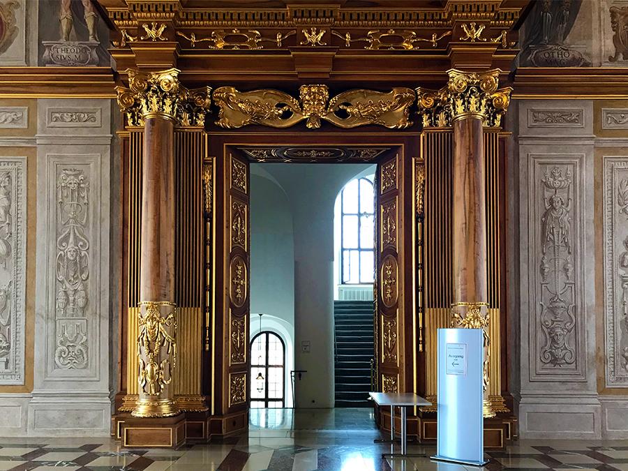 ... und die Türrahmen inklusive Säulen.
