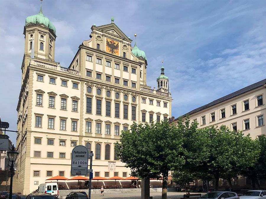 Massiv und riesengroß: Das mittelalterliche Rathaus in Augsburg aus der Zeit der Renaissance, einmal Rückansicht...