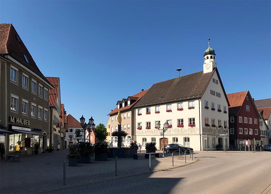 Idyllischer Stadtkern an der Marktstraße in Bad Wurzach im Allgäu.