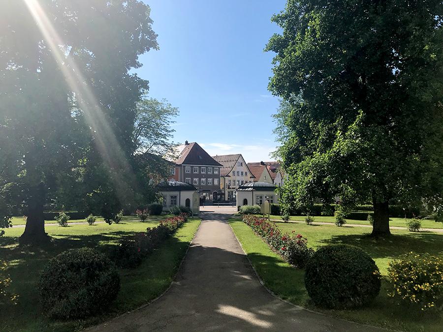Eine gepflegte, kleine Parkanlage ist der Vorgarten des Schlosses in Bad Wurzach.