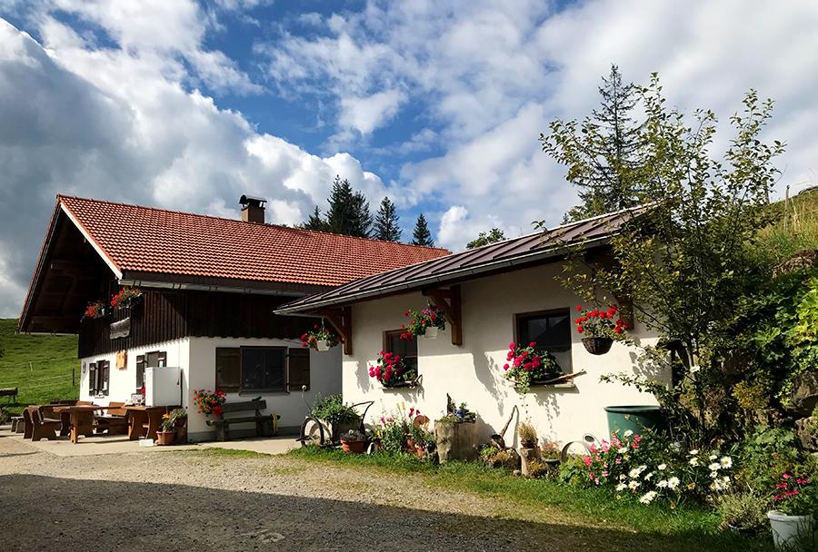 Ein richtiger Berggasthof und eine idyllische Sennanlpe erwarten die Besucher oben auf dem Hündle.