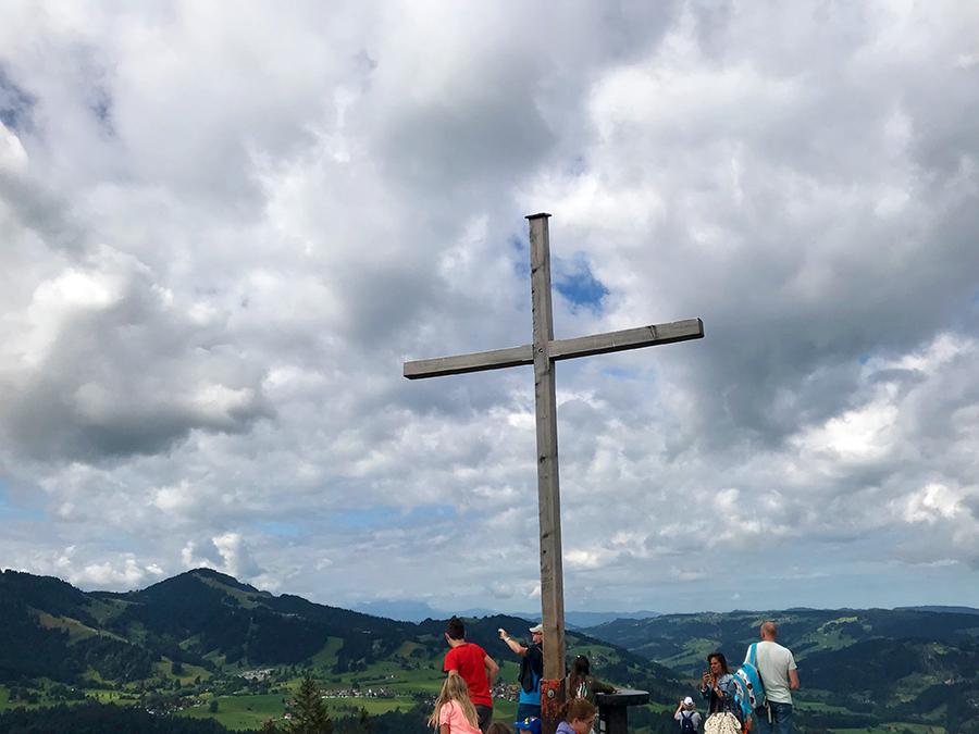 Hier wollen alle hin: Das Gipfelkreuz auf dem Hündle.