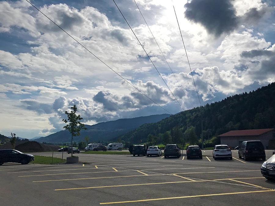 Viel Platz für Autos oder Wohnmobile auf dem Parkplatz der Hündle-Bergbahn - und umsonst noch dazu!