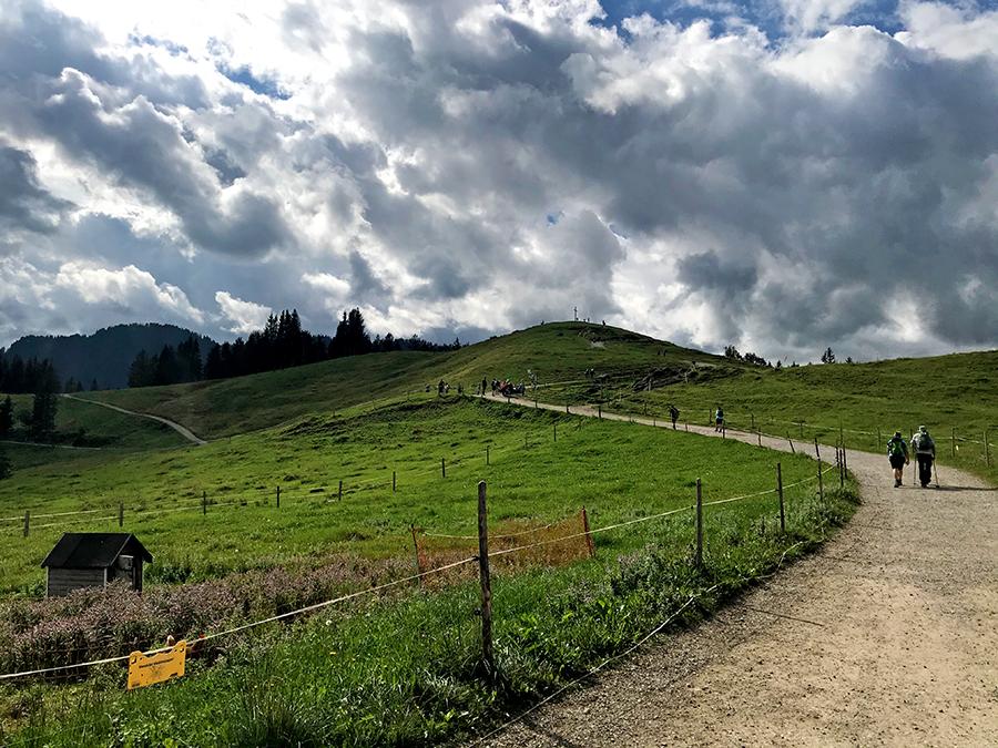 Wanderer unterwegs zum Gipfelkreuz auf dem Hündle.