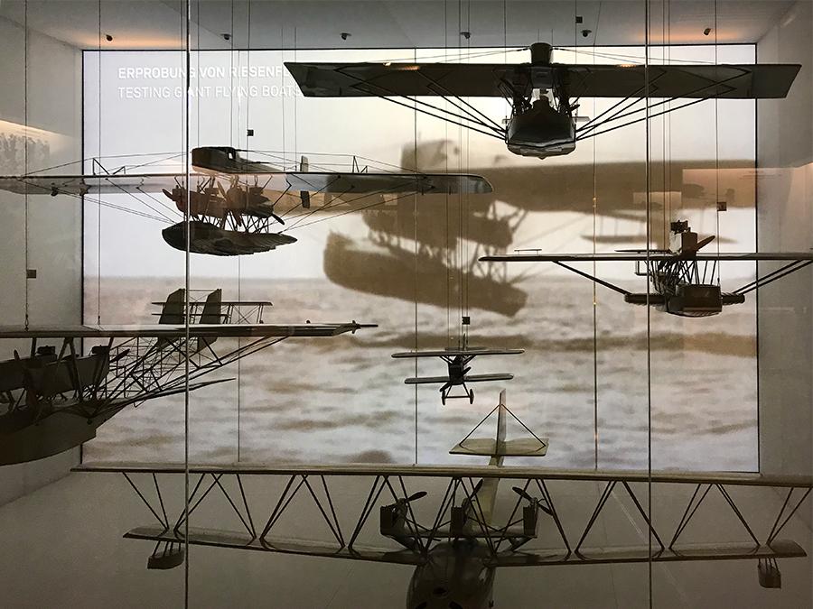 In beleuchteten Schaukästen kann man zahlreiche Modelle der ersten Doppeldecker und Propellermaschinen bestaunen.