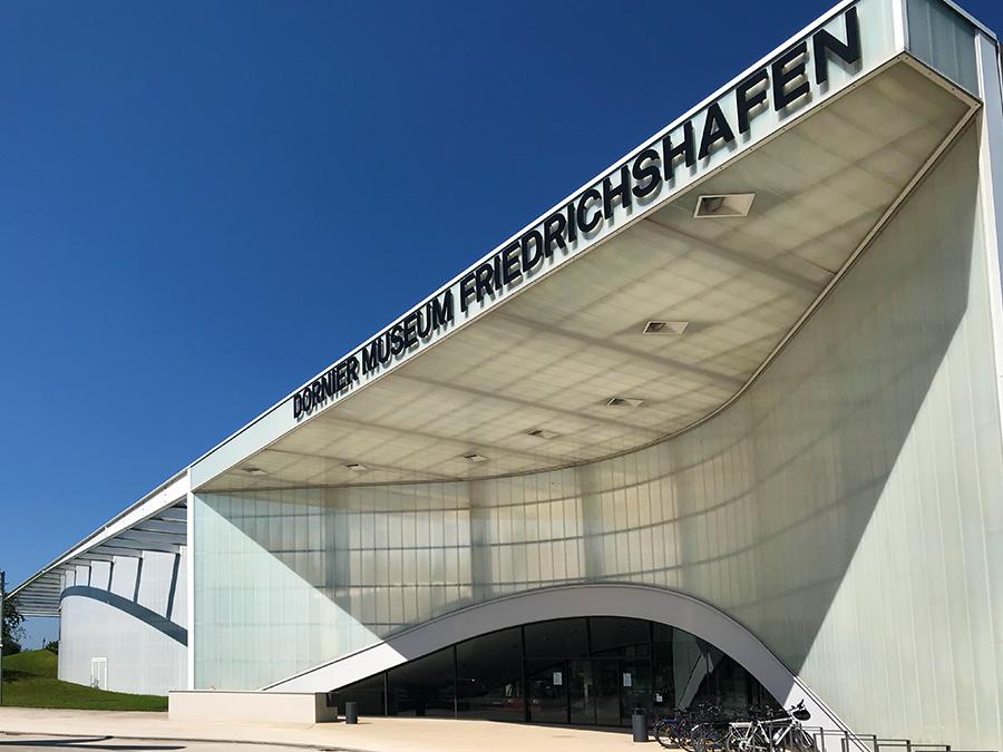 Die gesamte Architektur des Museums ist einem Flugzeughangar nachempfunden, wie passend!