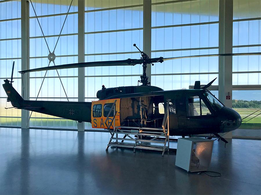 Einen Hubschrauber gibt es auch zu bestaunen. Wie riesig die Rotorblätter sind!