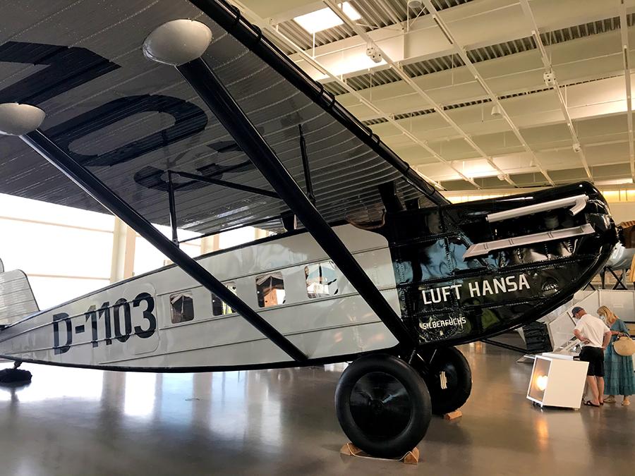 Das ist ein originalgetreuer Nachbau des Flugzeugs, mit dem die Lufthansa ihren ersten planmäßigen Flug startete! 1925 war das.