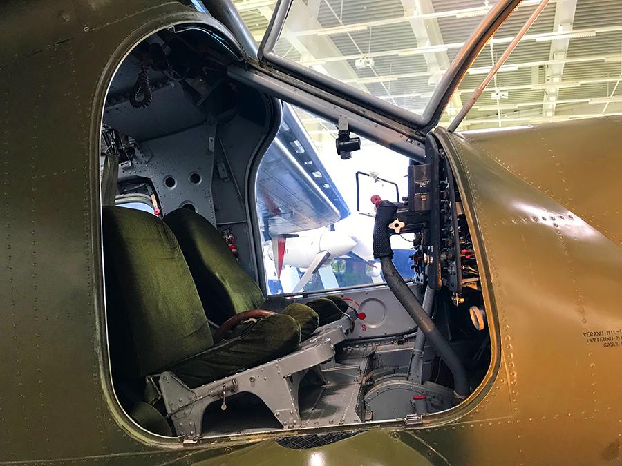 Ziemlich wenig Platz in so einem Cockpit. Aber gemütliche Sitze!