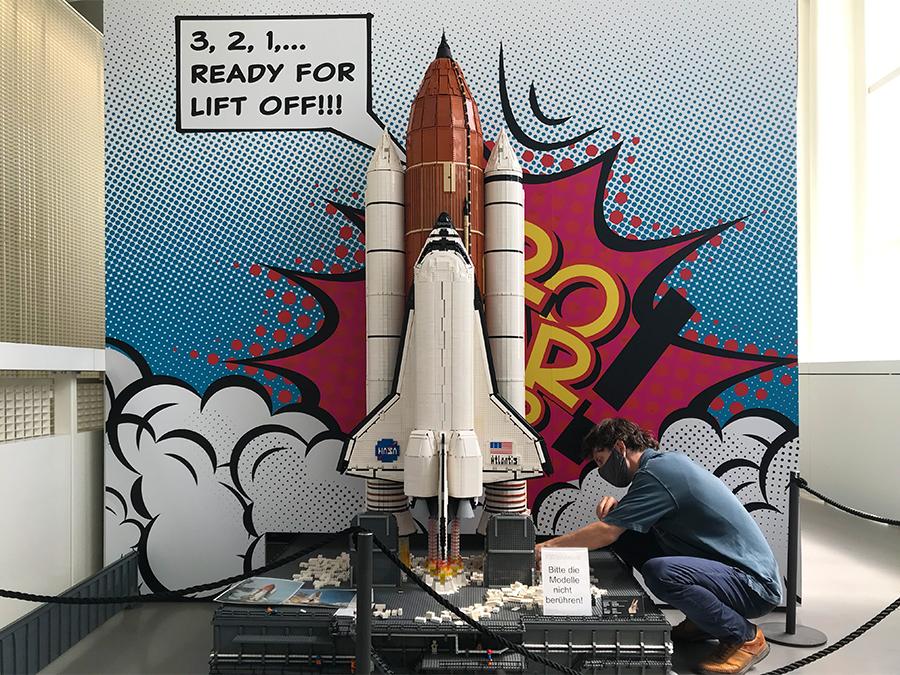 Hier wird noch ein wenig Feintuning am Lego-Modell betrieben. Da hätten wir gerne gleich mitgemacht!