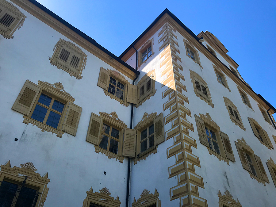 Wenn man etwas näher herangeht, sieht man aber, dass die barocken Baumeister doch ein klein wenig getrickst haben: Manche der Dekorationen sind, man glaubt es nicht, einfach nur aufgemalt!